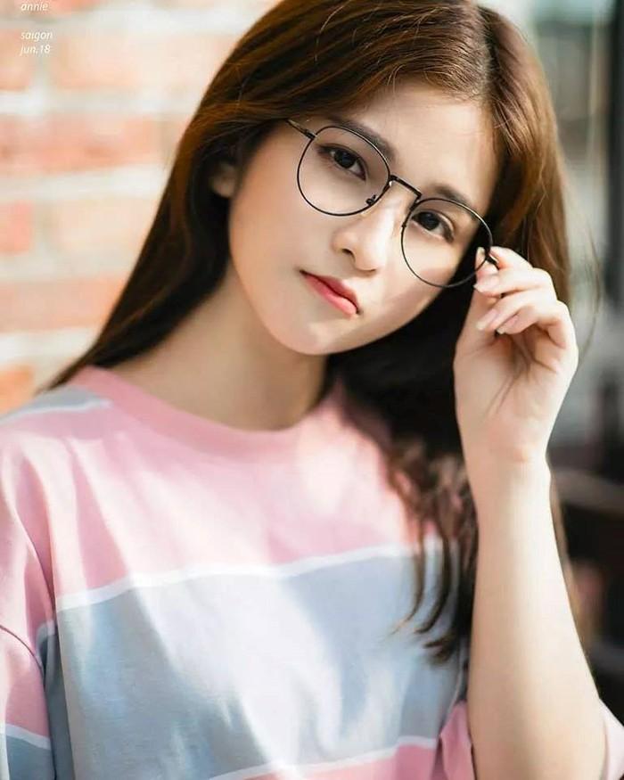 ảnh gái xinh tóc ngắn đeo kính 2k4