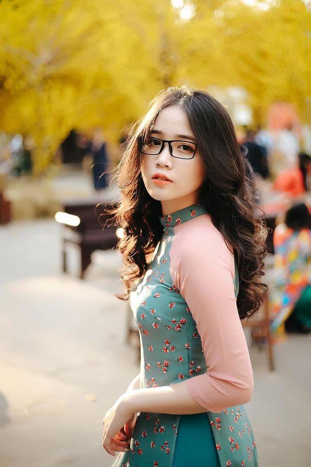 hình ảnh cô gái đeo kính