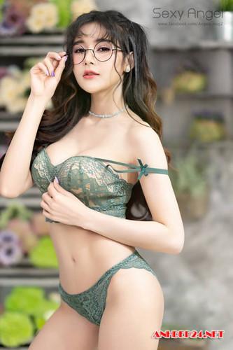 ảnh gái xinh tóc dài đeo kính 2k4