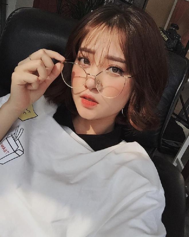 con gái đeo mắt kính