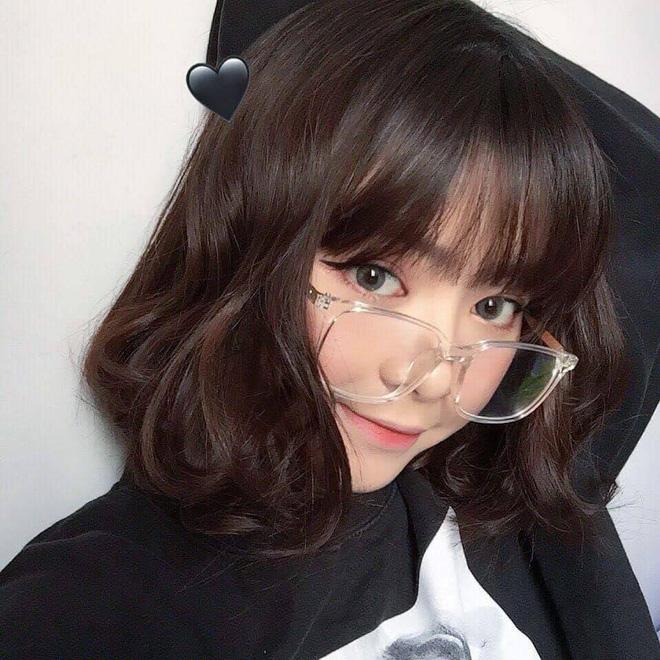 gái xinh tóc ngắn đeo kính
