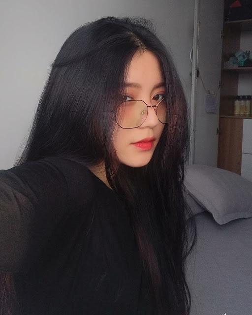 gái xinh đeo mắt kính