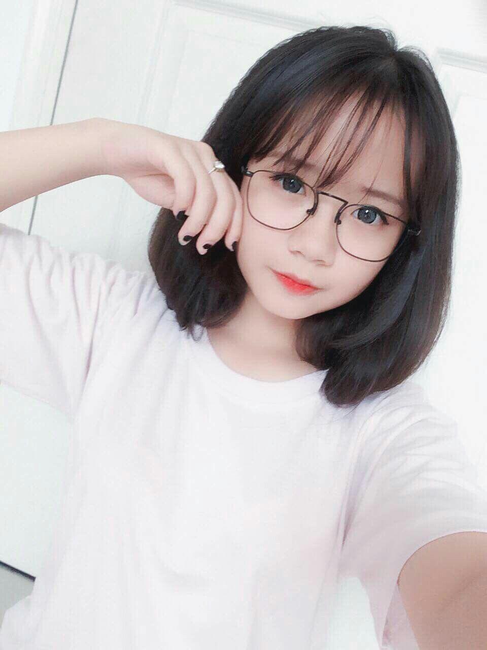 ảnh gái xinh tóc ngắn đeo kính