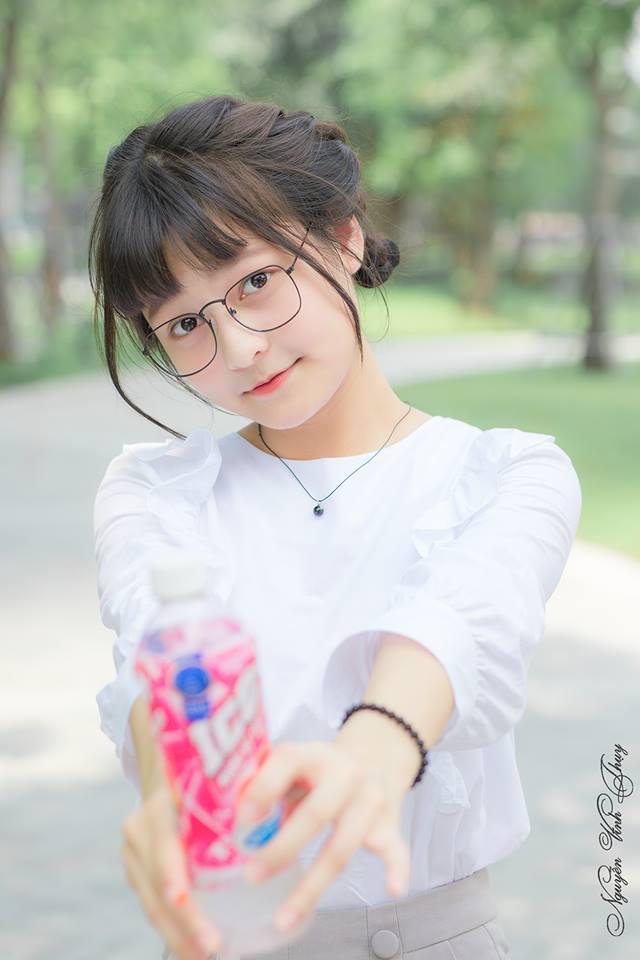 hình gái xinh đeo mắt kính tóc ngắn