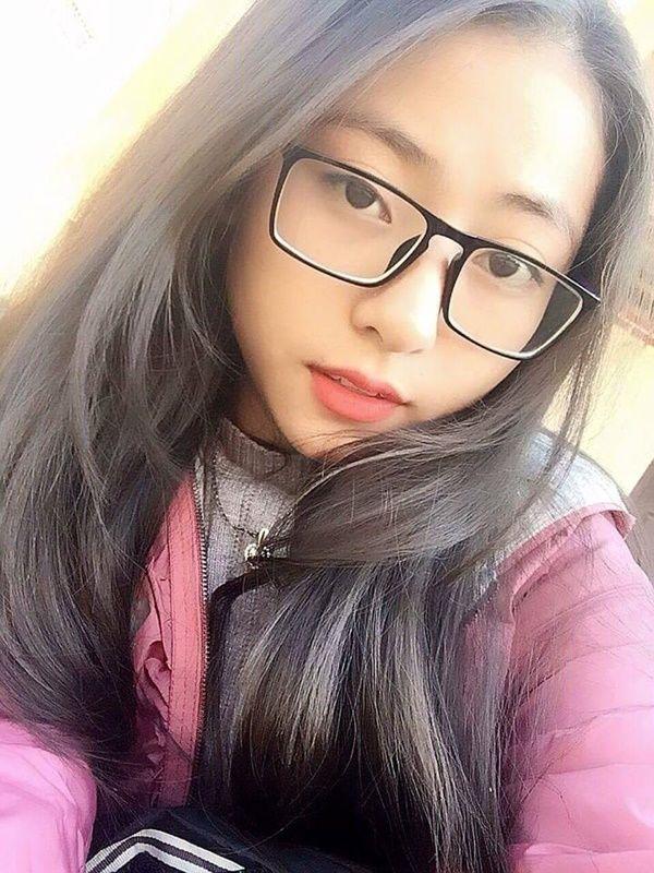 gái tóc ngắn đeo kính cute