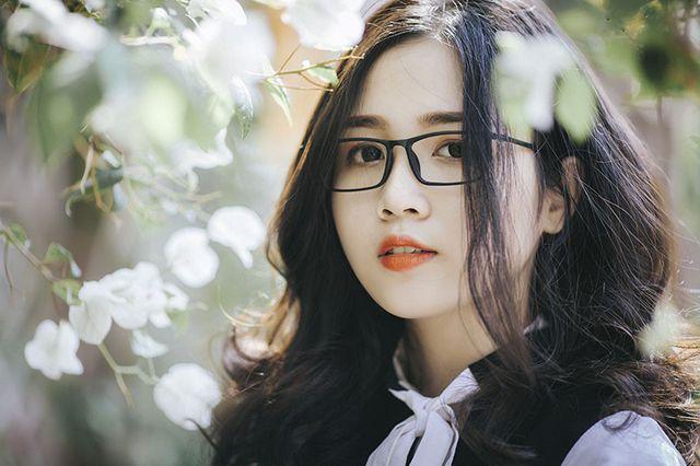 gái đeo mắt kính