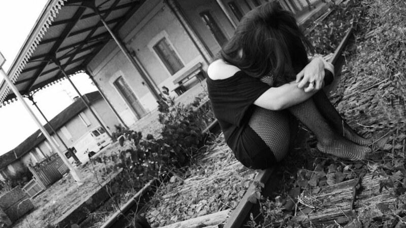 vẽ cô gái buồn