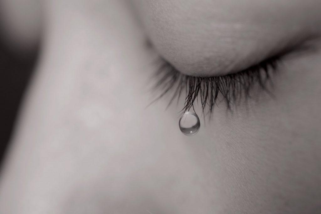 hình cô gái đang khóc