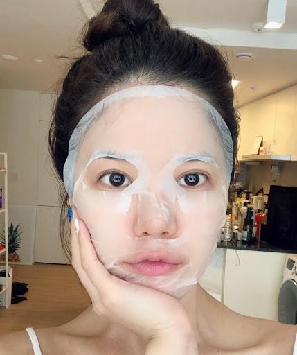 Trước khi trận đấu diễn ra 5-10 phút, chị em hãy chuẩn bị một chiếc mặt nạ rồi đắp lên mặt