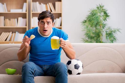 Lưu ý đến chế độ ăn khuya khi xem bóng đá
